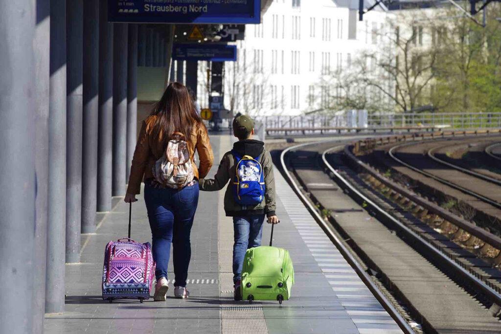 Kinderwagen Zug einsteigen